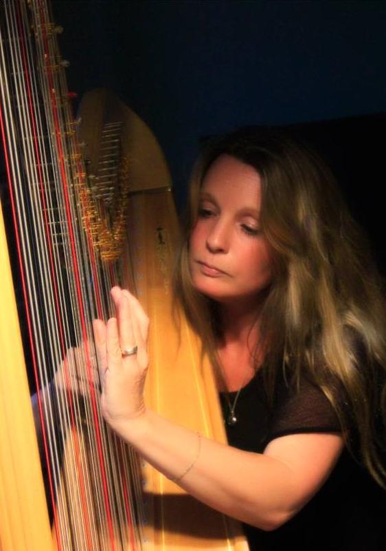 Harpiste Lucia Wisse speelt op een begrafenis